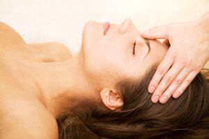 Applying reiki healing to client